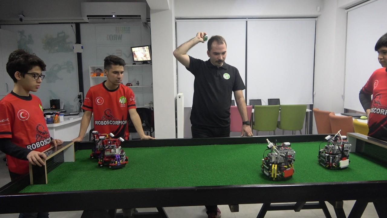 Yerli ve milli yapay zekaya sahip futbol oynayan robot yaptılar