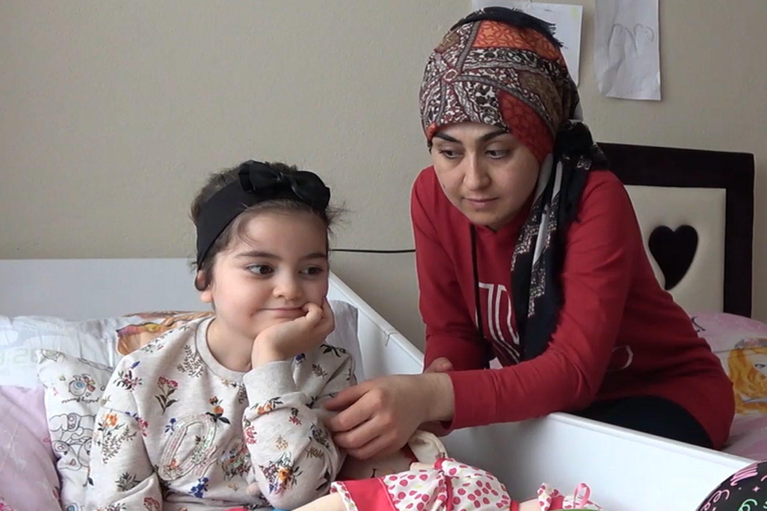 Grip virüsü yüzünden felç kalan 5 yaşındaki Esin, yürümek için yardım bekliyor