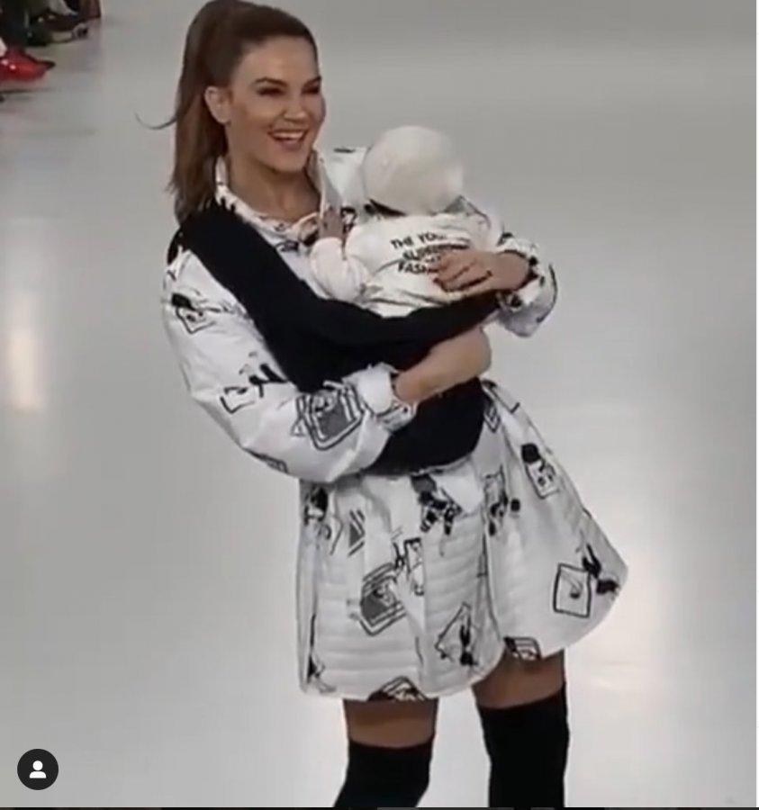 Tülin Şahin, bebeğiyle podyumda