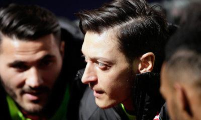 Mesut Özil'den evde kalanlara Arsenal maçına davetiye