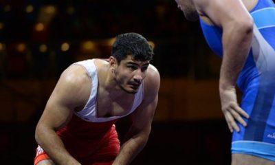 Milli güreşçi Taha Akgül, Milli Dayanışma Kampanyası'na katılarak bağış yaptı