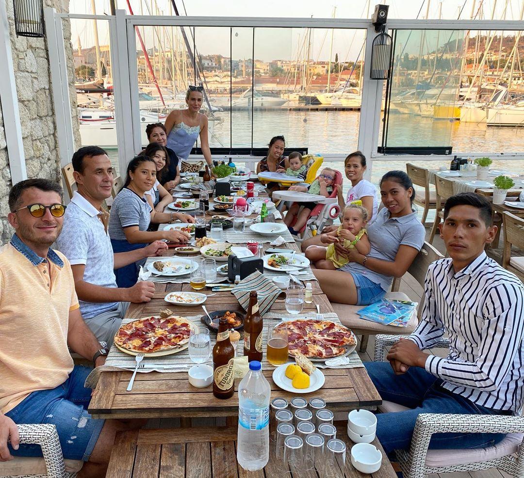 Erdal Acar'ın eşi yardımcılarıyla tatilde