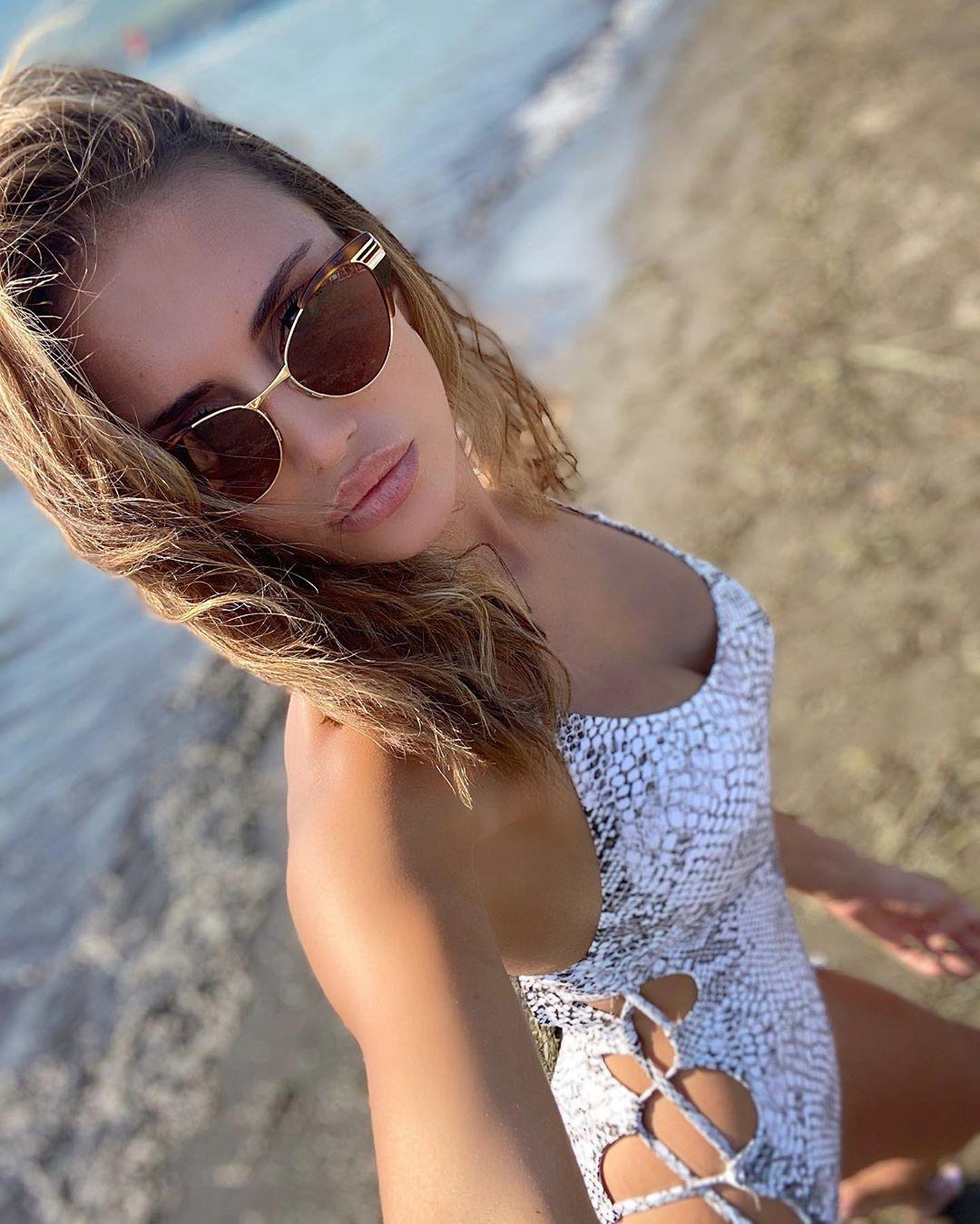 Emina Jahovic'den plaj selfiesi