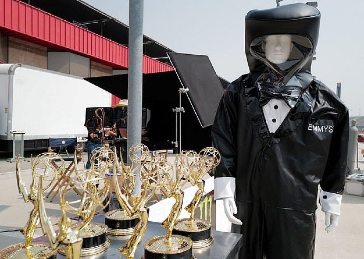 Emmy Ödülleri törenindeki sunucular, smokin tasarımlı koruyucu kıyafet giyecek #1