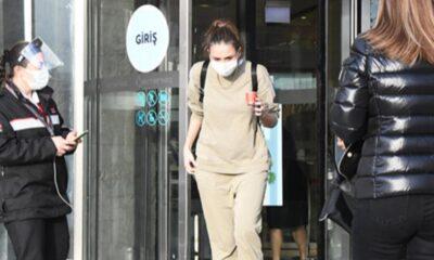 Emina Jahovic, arabasında Yasin-i Şerif taşıyor