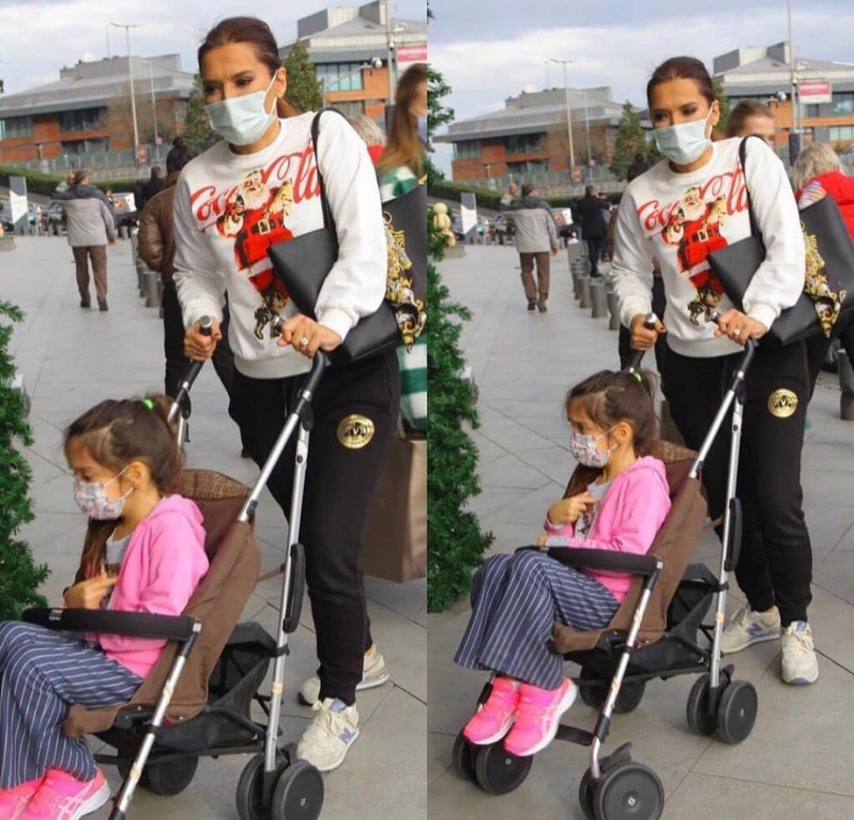 Demet Akalın, kızı Hira'yı hala bebek arabasıyla dolaştırıyor