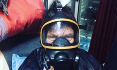 Kaya Çilingiroğlu gaz maskesi taktı