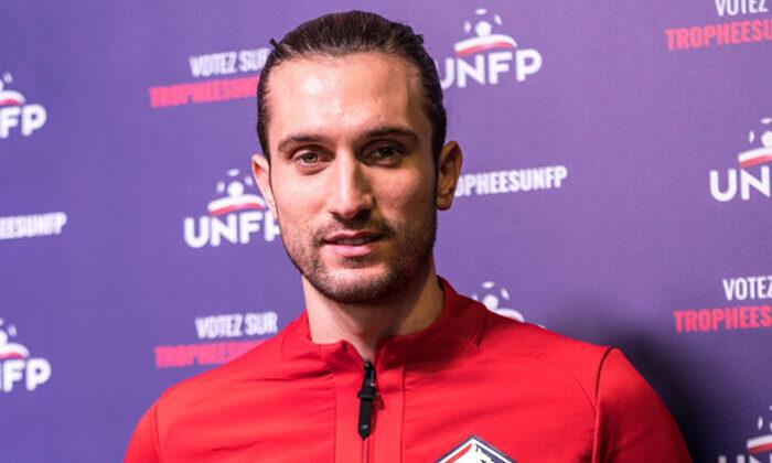 Fransa Ligue 1'de ayın futbolcusu seçilen Yusuf Yazıcı plaketini aldı