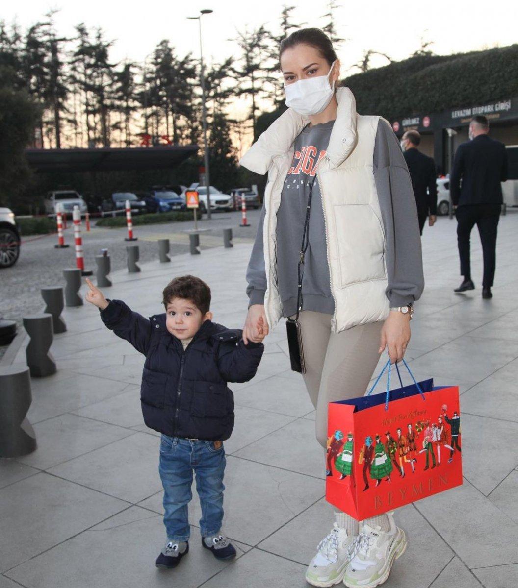 Fahriye Evcen, oğluyla alışverişte
