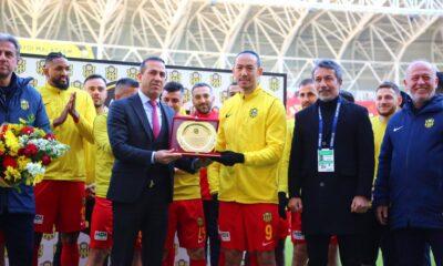 Umut Bulut, lig tarihinin en çok forma giyen futbolcusu oldu!